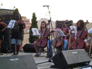 4 cordes, música i comunitat a l'Escola Germanes Bertomeu